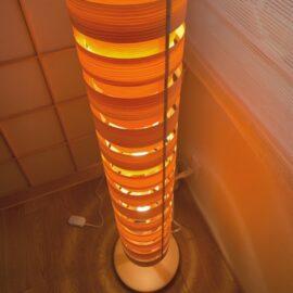 パイン材の年輪を通した温かみのある照明
