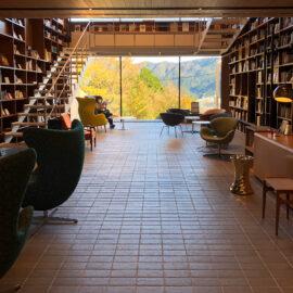 箱根、本と椅子